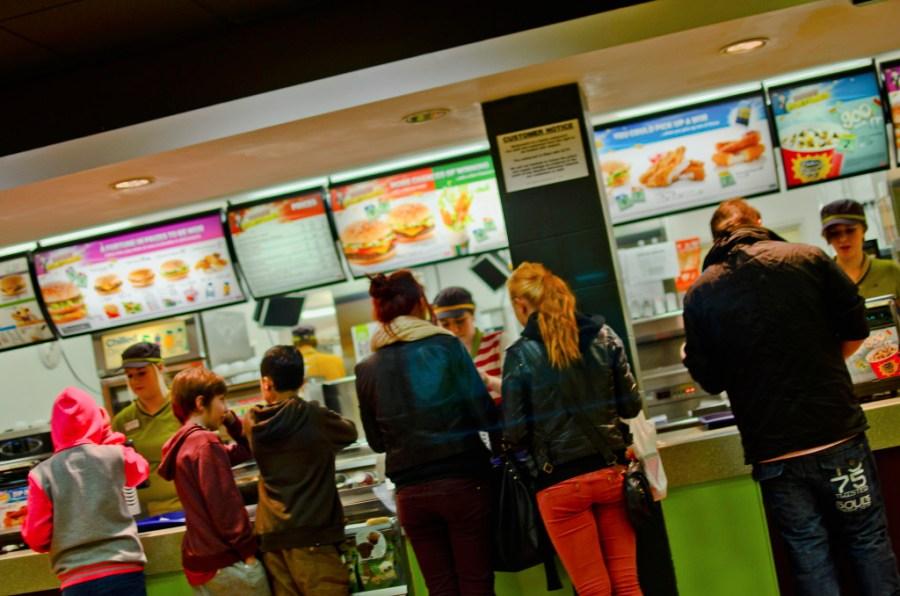 Los restaurantes de fast food están diseñados para incentivar el consumo. / Jon Bunting