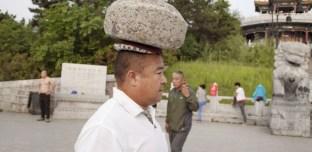 Chine : Afin de perdre du poids, il marche tous les jours avec une pierre sur la tête
