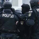 Allemagne: Un réfugié syrien s'expose devant un restaurant, non loin d'un festival