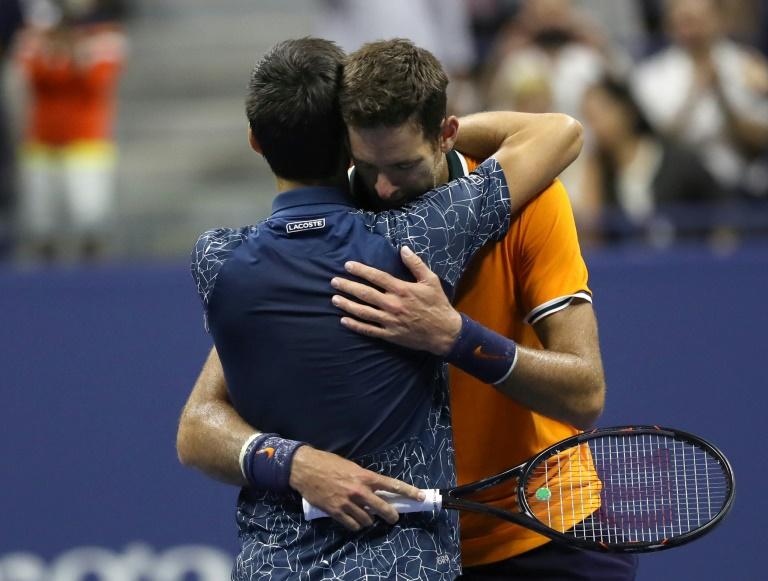 Novak Djokovic, vainqueur de l'US Open dans les bras de son adversaire Juan Martin del Potro, dimanche 9 septembre 2018 à New York