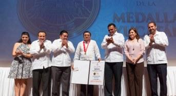 Gobernador entrega la Medalla Yucatán al Arqueólogo Alfredo Barrera Rubio