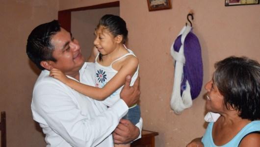 Freddy Ruz, alcalde de Umán, atiende con apoyo económico a familia necesitada