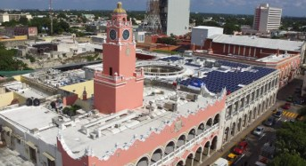 Mauricio Vila pone en servicio 258 paneles solares en el Palacio Municipal de Mérida