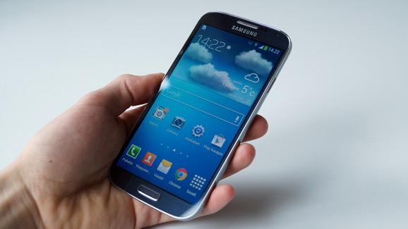 Galaxy S4 kädessä