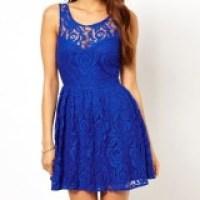 O vestido azul Royal de renda, um encontro de moda perfeito