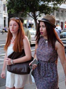 sombrero.mujer.vestido.flor