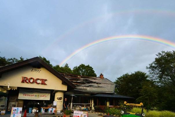 二重の虹が