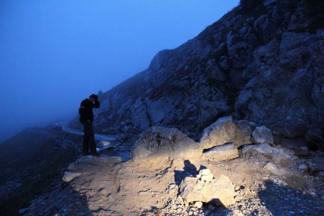 Alessandro ratlos auf den Felsbrocken. Wie die Adventure hier drüberwuchten?