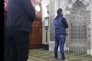 بالفيديو .. فنّان مصري شهير يؤم المصلين في صلاة الفجر ويتلو القرأن !