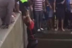 جدة.. انقاذ شاب ابتلعت المياه مركبته داخل نفق (فيديو)