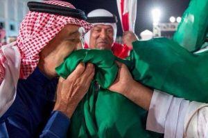 بالفيديو والصور.. الملك سلمان يقبل علم السعودية خلال زيارته للبحرين