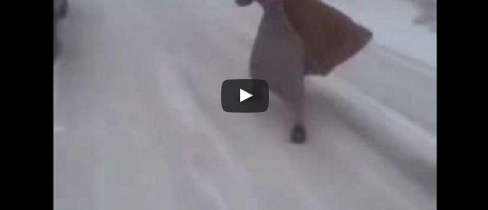 بالفيديو.. التزلج على الجليد على الطريقة السعودية