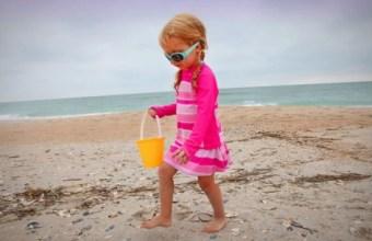 Divertimenti in spiaggia, a caccia di conchiglie