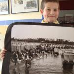 Teo muestra una imagen de la playa Ramírez hace 100 años