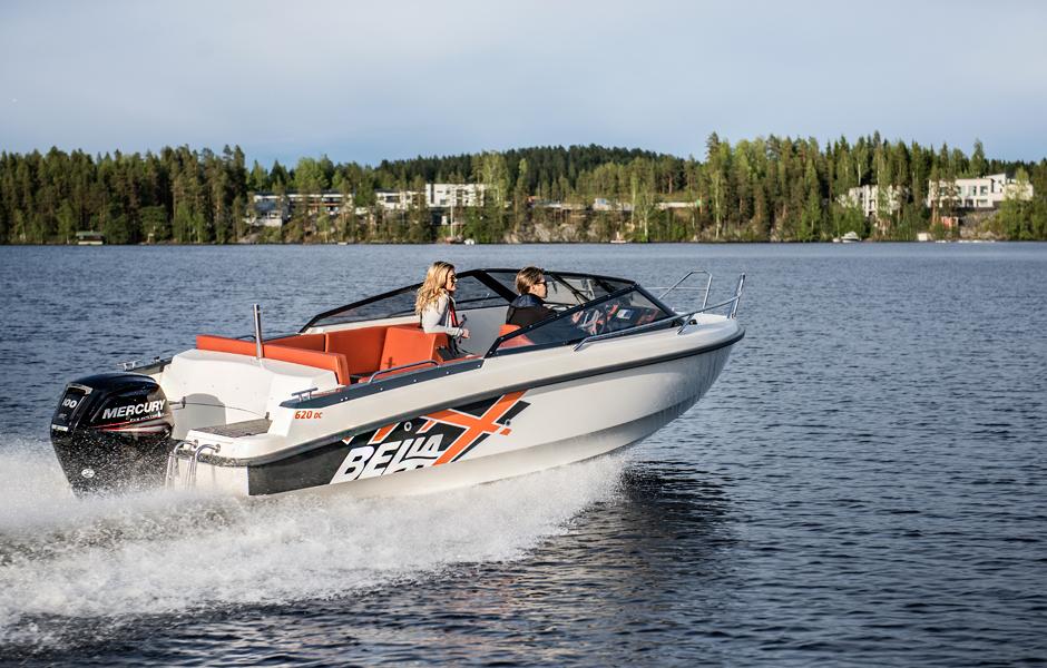 De vakre konturene av Bella 620 DC – Day Cruiser inkluderer et utvalg av sporty og funksjonelle egenskaper for båtfolket. Denne romslige og strømlinjeformede modellen kombinerer sømløst ny nordisk design og kompromissløs finsk båtbyggingskompetanse.