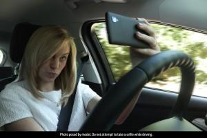1-giovane-su-4-scatta-selfie-durante-la-guida-woman_selfie_001fl