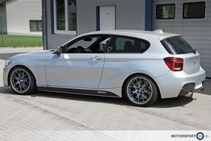 Ein silberner BMW M135i mit grauen BBS Felgen