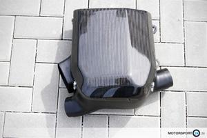 BMW 1M Airbox aus Carbon liegt auf dem Boden