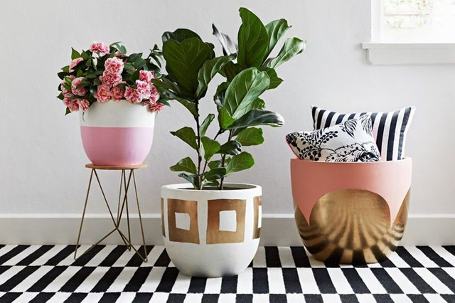 ideas diy para decorar macetas con pintura dorada y rosa