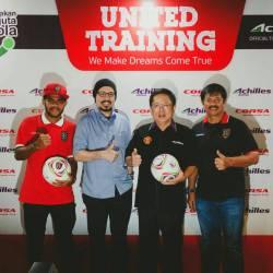 Dari kanan: Indra Sjafri (Coach Bali United); Pieter Tanuri (Presiden Direktur Multistrada); Andy F. Noya (Kick Andy); Yabes (Pemain Bali United)