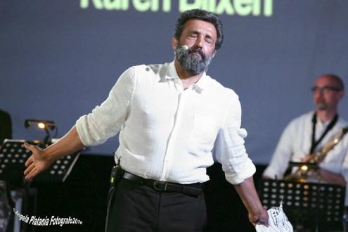 Zafferana Etnea Flavio Insinna con la sua piccola orchestra, va in scena con la macchina della felicità