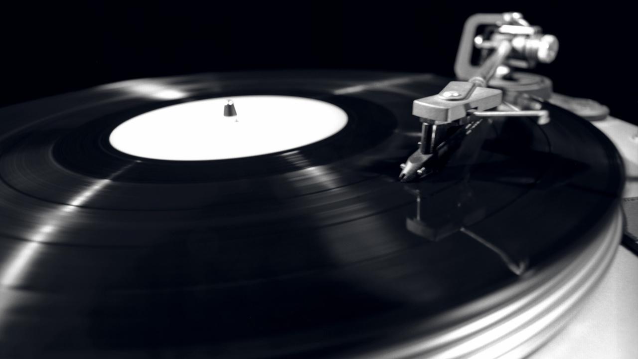 monochrome-record-player