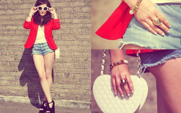Czerwona marynarka porwane jeansowe szorty pikowana torebka serce