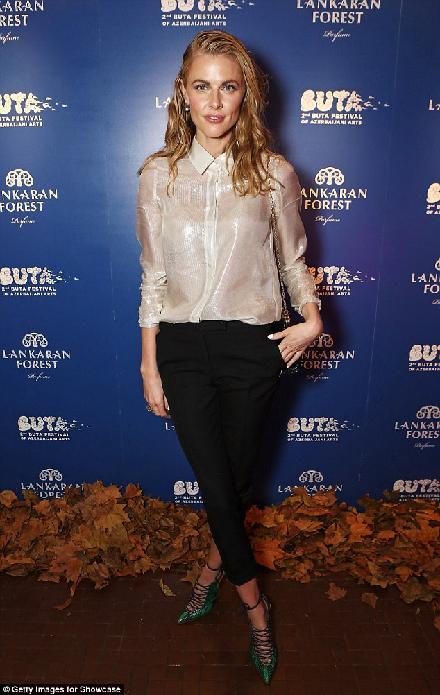 26D8F12A00000578-3004995-New_look_Donna_Air_tried_out_a_slightly_different_style_with_a_w-m-74_1426894007165