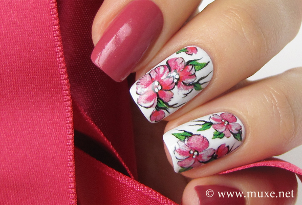 Red flowers on nails design