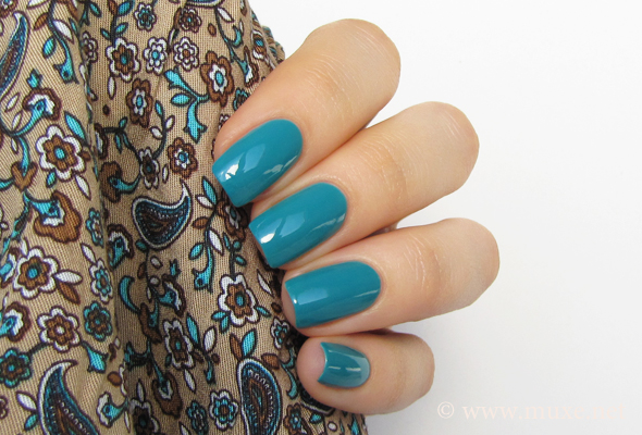 Teal aqua nails manicure