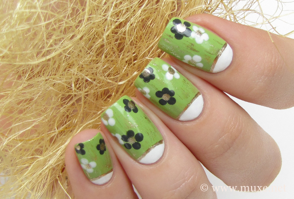 Green flowers on nails