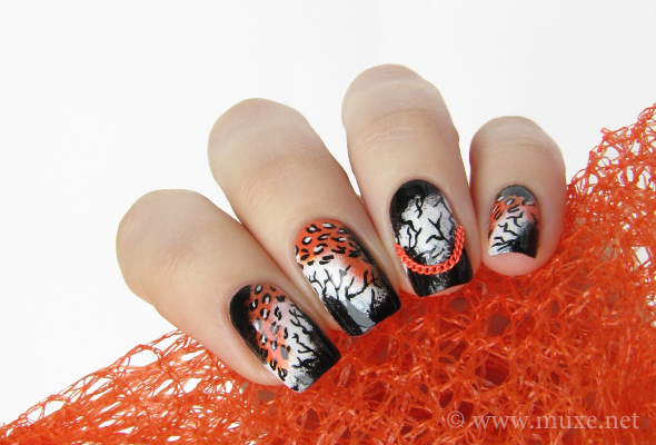 Nails with chains design