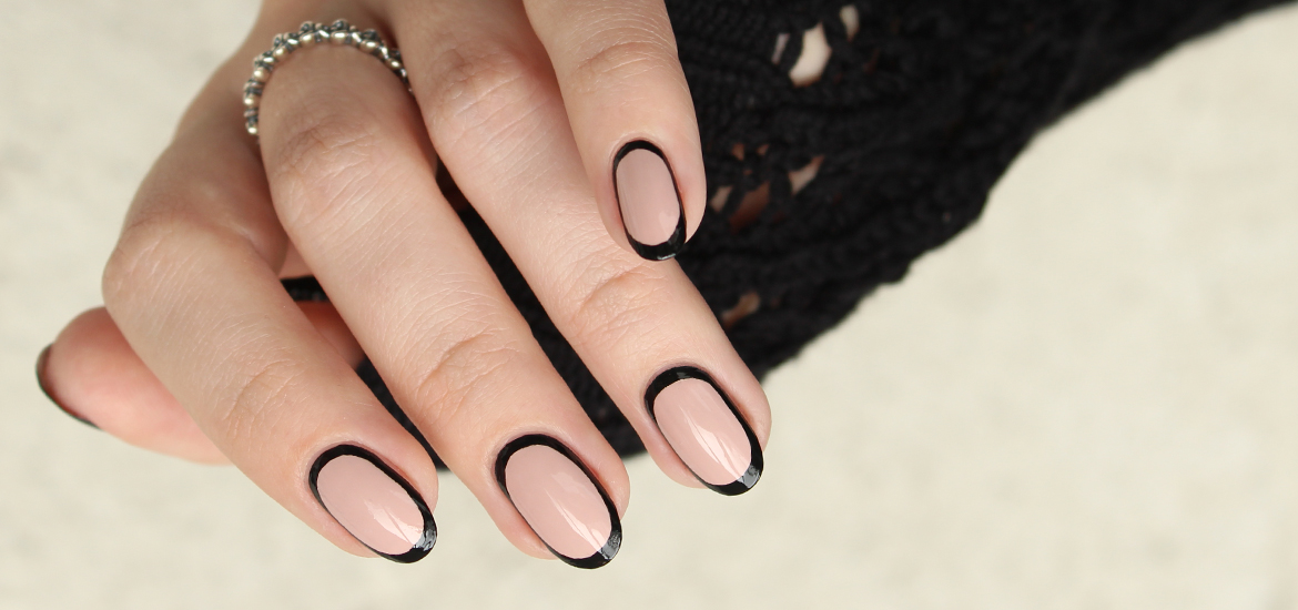 Black outline nails design
