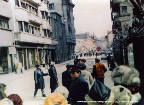 Blocul Casata transformat intr-un munte de moloz. Cladirea se afla pe Magheru aproape de Mc Donald's, o vedem aici fotografiata de pe strada Tache Ionescu ce vine din Piata Amzei.