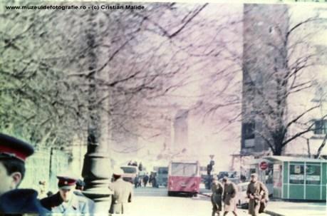 Blocul ce avea la parter Cofetaria Scala, transformat si el in ruine, fotogrfiat de pe C.A. Rosetti. Se vad si o parte din militarii detasati in oras.