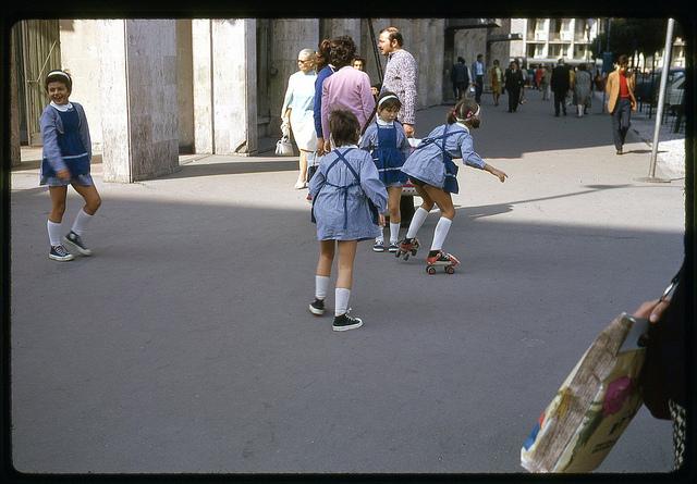 Fetițe pe patine cu rotile. București, 1971