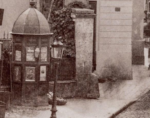 """Ghereta - Casa de bilete pe care vedem anuntul spectacolului """"Le Figaro"""". La baza acestei gherete se afla un cos de paie al unui vanzator ambulant."""