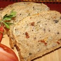 Пълнозърнест хляб със семена, сушени домати и маслини
