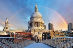 La cattedrale di Saint Paul a Londra vista dal Millennium bridge