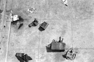 ハイレッド・センター《ドロッピング・イベント》 池坊会館屋上 1964年10月10日 写真:羽永光利