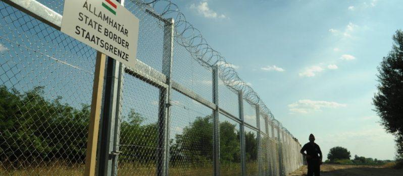 Hungarian-Serbian_border_barrier_1
