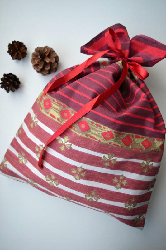 Dovanų krepšelis su Kalėdiniais ornamentais