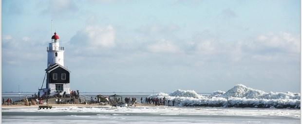 Kruiend ijs bij de vuurtoren Het Paard van Marken