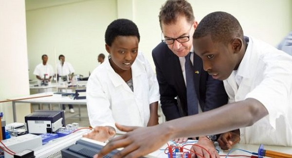 Minister Mueller with Polythechnic students in Kigali, Rwanda.  Photo: BMZ