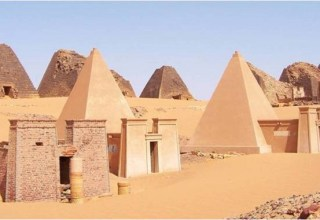 Pyramids in the Sudnese desert photo: sudtourism.com