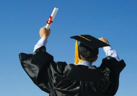 Torre del Greco. Si laurea in Giurisprudenza ma senza essere diplomato