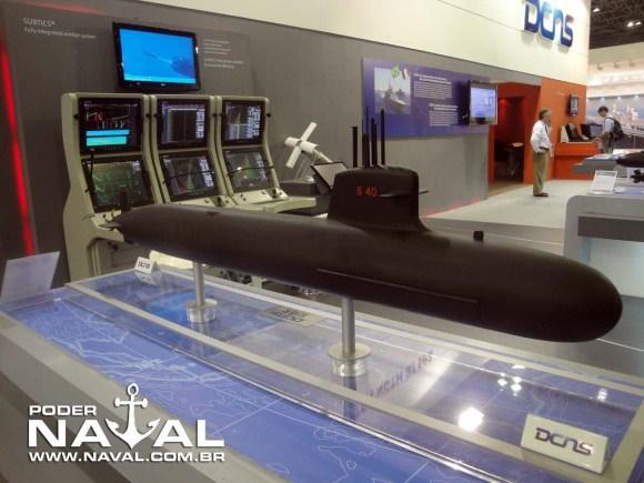 Maquete submarino Scorpéne com sistema de combate subtics ao fundo na Laad 2011 - foto Nunão - Poder Naval