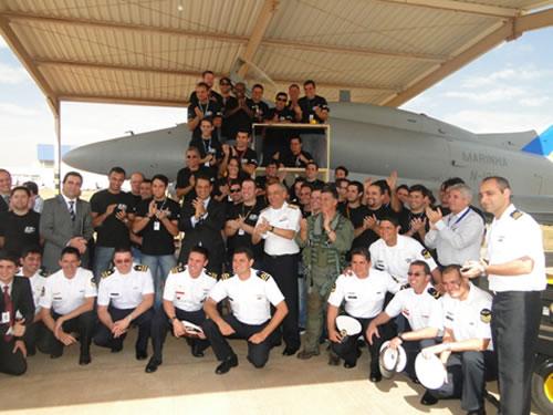 Comandante da Marinha, Alte Esq Moura Neto (em pé ao centro) acompanhado de civis e militares