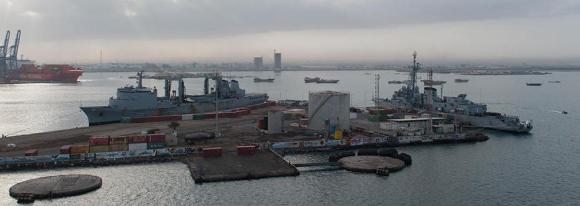 Fragata Antissubmarino Jean de Vienne e navio tanque Meuse em escala no Djibouti - foto Marinha Francesa