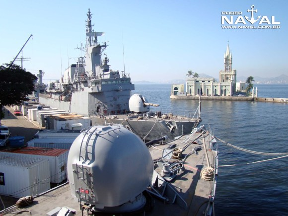proa da Julio de Noronha em modernização no AMRJ com Inhaúma ao fundo - foto Nunão - Poder Naval